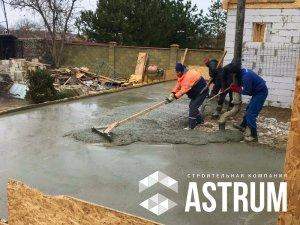 рабочие делаю бетонную стяжку